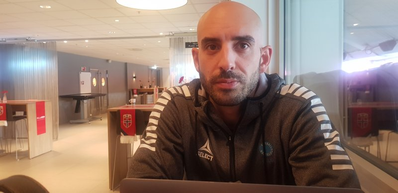 Selim Emeci sliter med tanken på å forlate jobben i Fotballstiftelsen.